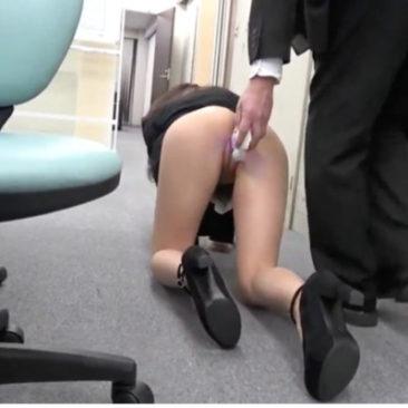 Secrétaire japonaise sexy surprise avec un sextoy au bureau
